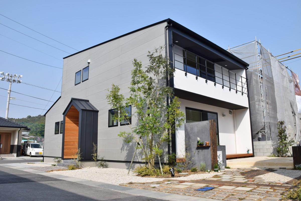 素朴に楽しみ 時を刻む大空間の家