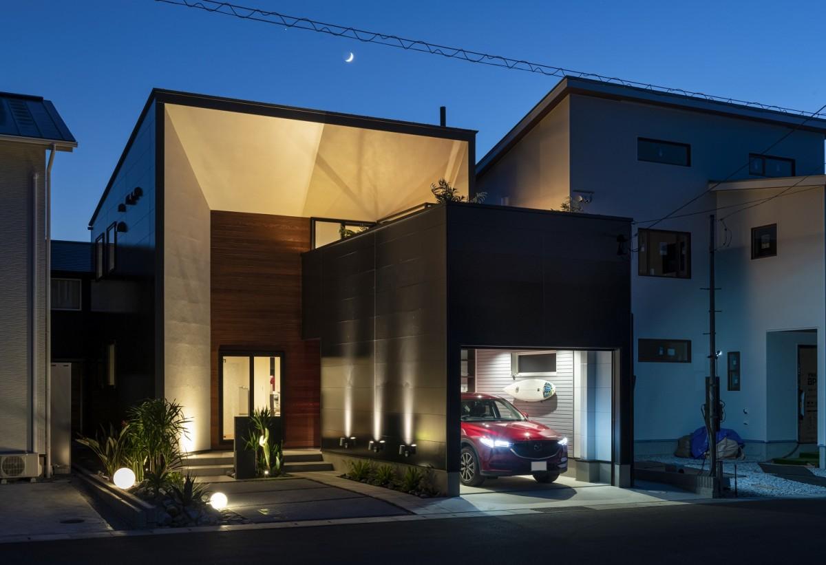 憧れのガレージ&開放的なバルコニーでたくさん楽しめるお家!